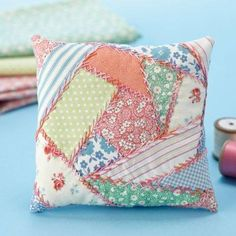 How to sew crazy patchwork – check out the free step-by-step guide! I love crazy quilts Patchwork Cushion, Quilted Pillow, Sewing Pillows, Quilt Tutorials, Sewing Tutorials, Sewing Tips, Fabric Scraps, Crazy Quilting, Patchwork Quilting