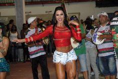 Rainha de bateria da escola de samba X-9 Pauoistana, Gracyanne Barbosa exibiu os pernões durante ensaio da agremiação em São Paulo