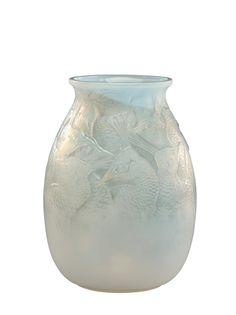 René LALIQUE Vase «Borromée» de forme ovoïde à col évasé en verre soufflé-moulé opalescent. Signé «R.Lalique France» et numéroté. Modèle créé en 1928.