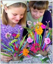 Flower arranging in potatoes: colorful straws with flowers, weeds and grasses stuck into the straws Green Crafts For Kids, Garden Projects, Garden Ideas, Things That Bounce, Fun Things, Spring Activities, Garden Gifts, Amazing Gardens, Flower Arrangements