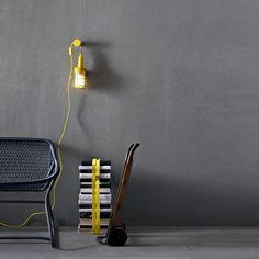 Ubiqua est une baladeuse créée par le designer Selab pour la maison d'édition Seletti. Ubiqua est une lampe qui s'intègre dans tous les intérieurs, vous pouvez la balader dans toutes les pièces grâce à ses 3m10 de fil, la pendre au mur ou la poser. Avec son design industriel et coloré, elle est idéale pour les soirées d'été, ou les lectures d'hiver. Plusieurs coloris sont disponibles.
