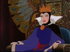 Comparativa entre la versión de Disney y la versión de los Hermanos Grimm La versión de Disney La primera diferencia es que en esta versión los padres biológicos de Blancanieves están muertos desde el principio. Blancanieves vive sola con su madrastra que…