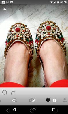 Kundan khussa is traditional footwear. The trend of khussa is peek in fashion in any time. Traditional Fashion, Traditional Looks, Indian Shoes, Bridal Heels, Women's Feet, Wedding Shoes, Footwear, Pumps, Mehndi