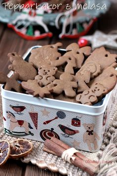 Pepparkakor - szwedzkie pierniczki - kruchuteńkie, z wyraźną nutą imbiru, smakują jak te z IKEA. Ikea, Gingerbread Cookies, Sweet Tooth, Food, Cozy Christmas, Almond Cookies, Gingerbread Cupcakes, Ikea Co, Essen