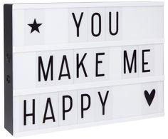 Ob als herzlicher Willkommensgruß in der Diele, als süßer Deko-Akzent im Kinderzimmer oder als Highlight auf Hochzeit oder Babyshower: Dekorieren Sie LIGHTBOX je nach Lust und Anlass immer wieder neu. 85 Buchstaben und Symbole wie Herzchen und Sternen stehen zur Verfügung und lassen sich zu persönlichen Sprüchen und Botschaften kombinieren. Liebevoll, fröhlich, individuell – entdecken Sie das Mix'n'Match-Konzept der Leuchtboxen von A LITTLE LOVE COMPANY.