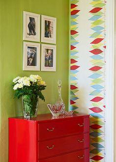 Дизайн небольшой квартиры: красная лёгкая тумба