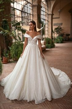 Wedding dress shop in Dubai & Lebanon for bridal gowns & evening dresses. Collections from the top wedding dress designers & bridal couture. Royal Wedding Gowns, Dream Wedding Dresses, Designer Wedding Dresses, Gown Wedding, Cheap Wedding Dresses Online, Tulle Lace, Bridal Looks, Beautiful Bride, The Dress