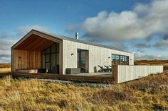 This modern wooden retreat designed by Tonnatak is situated in Bláskógabyggð, Island. Read also on Offsomedesign Outdoor living in amazing summer house OLA 25 – kitchen island Island residence Retreat house in Sydney Architecture Résidentielle, Farmhouse Architecture, Modern Barn House, Modern Wooden House, Casas Containers, Shed Homes, House In The Woods, Exterior Design, Building A House