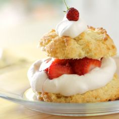 A No-Fuss Strawberry Shortcake Recipe That Is Perfect For The Novice Baker So Easy And Delicious Homemade Biscuits Topped With Lightly Sweetened Whipped Cream And Juicy Strawberries What Could Be Better? Extraordinary For Easter Sunday Or Mother's Day Too Strawberry Shortcake Recipes, Strawberry Recipes, Shortcake Recipe Easy, Strawberry Topping, Mini Cakes, Cupcake Cakes, Cupcakes, Shortcake Biscuits, Starberry Shortcake