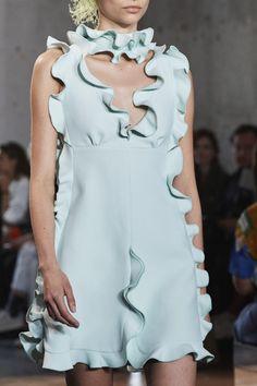 Giambattista Valli Spring 2020 Ready-to-Wear Fashion Show - Vogue Party Fashion, Fashion Wear, Fashion 2020, Runway Fashion, High Fashion, Fashion Show, Fashion Outfits, Womens Fashion, Fashion Spring