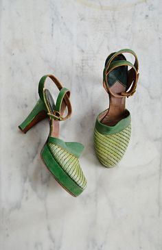Greenery 2017 Pantone Color of the Year - Vintage 1940s spring green platform shoes 1940s Shoes, Retro Shoes, Vintage Shoes, Vintage Accessories, Vintage Outfits, Fashion Accessories, Coral Pantone, Pantone Color, 1940s Fashion