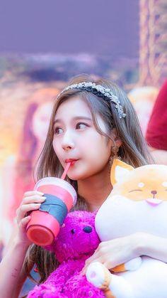 Sana is so cute :D Kpop Girl Groups, Korean Girl Groups, Kpop Girls, South Korean Girls, Nayeon, Shy Shy Shy, Sana Cute, Sana Momo, Sana Minatozaki