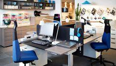 Un espacio de trabajo con escritorios que se ajustan eléctricamente en chapa de fresno/gris plata