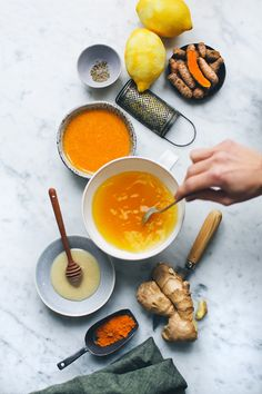 Ginger & Turmeric Honey Bomb: hot lemon water with ginger, cayenne, tumeric and honey Turmeric And Honey, Ginger And Honey, Turmeric Tea, Honey Lemon, Tumeric Water, Fresh Ginger, How To Use Tumeric, Tumeric Tea Recipe, Gastronomia