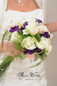 bouquet mariage rond roses violet Wedding Flowers, Wedding Dresses, Floral Arrangements, One Shoulder Wedding Dress, Marie, Floral Wreath, Table Decorations, Bridal, Color