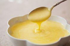 Das perfekte Sauce Hollandaise-Rezept mit Bild und einfacher Schritt-für-Schritt-Anleitung: Butter zerlassen, aber nicht erhitzen. Eigelb mit Wasser…