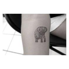 Tatuaje de estilo ornamental de un elefante, ejecutado con una sola aguja y situado en el interior del antebrazo derecho. Artista tatuador: Dr. Woo