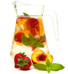 Ingredientes 1 botella de espumante brut 1 durazno de verano 1 limón 8 frutillas 8 guindas 50 cc de Cointreau El jugo de 2 naranjas grandes Hojas de menta Hielo en cubos Preparación Toma el durazno –ojalá blanquillo, el mismo del Bellini– descarózalo y pártelo en cubos medianos. Corta las frutillas en cuartos y las …