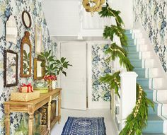 🌟Tante S!fr@ loves this📌🌟Country Living 2016 Makeover Takeover - Holly Williams Tennessee Farmhouse Renovation Christmas Stairs Decorations, Christmas Staircase, Diy Christmas Garland, Christmas Design, Natal Natural, Holly Williams, Foyer Decorating, Decorating Ideas, Holiday Decorating