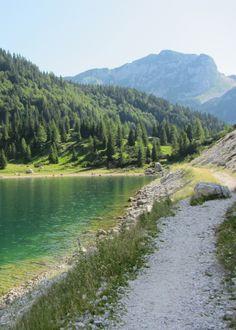 Het Krn meer is het grootste alpine meer in Slovenië. Lees hier hoe je er naar boven loopt. #SloveenseVerhalen