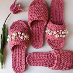 crochet pink slippers with pearls Crochet Sandals, Crochet Boots, Crochet Slippers, Love Crochet, Crochet Clothes, Crochet Baby, Crochet Slipper Pattern, Crochet Patterns, Crochet Flip Flops