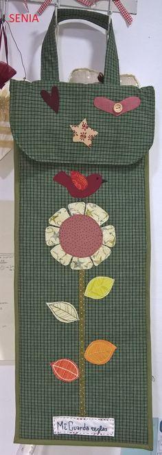 TUTORIAL PARA HACER UN BOLSO GUARDA REGLAS           MATERIALES   - Tela principal 1 metro  - Tela para hacer los bolsillos o combinar medi... Yarn Crafts, Sewing Crafts, Diy And Crafts, Sewing Projects, Sewing Aprons, Quilted Bag, Fabric Bags, Wool Applique, Love Sewing