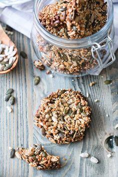 Sesam Cracker . mit Sesam, gehackten Mandeln, Sonnenblumen- und Kürbiskernen - gesund, mal was anderes - http://www.foodlikers.de/rezept/seam-cracker-low-carb-selber-machen/