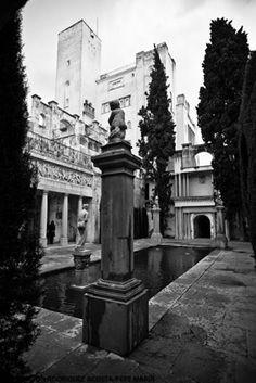 Imagen en blanco y negro del Patio de Venus. Cuatro surtidores agitan sus aguas, de las que emerge una escultura de Venus.