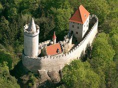 hrad kokořín - Hledat Googlem Castle Ruins, Castle House, Historical Architecture, Ancient Architecture, Medieval, Castle Pictures, Interesting Buildings, Places Of Interest, Abandoned Houses