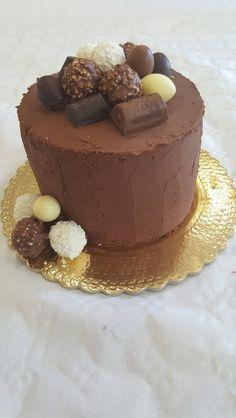 Torta al cioccolato con assortimento di cioccolatini