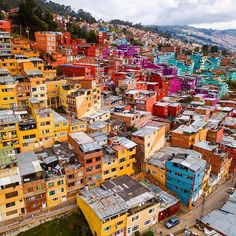 ➡Founders: ⬅ 🚩 Have you ever visited this enchanting city? Columbia Bogota, Rainbow City, First Photo, Cool Places To Visit, Wonders Of The World, South America, Paris Skyline, Caribbean, Scenery