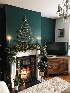 Living Room Green, Cozy Christmas Living Room, Christmas Living Rooms, Living Room Diy, Cozy Christmas Living Room Decor, Fireplace Decor, Living Decor, Christmas Decorations Living Room, Small Apartment Christmas Tree