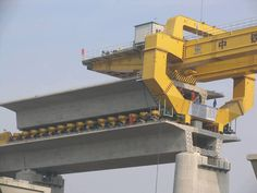 Lanzadora de vigas en la #construcción de puentes vía Twitter @vyepesp #Ingeniería