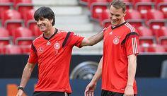 """Joachim Löw (l.) & Manuel Neuer haben gut lachen: Beide wurden vom """"Kicker"""" ausgezeichnet"""
