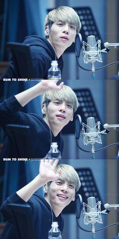 Hellllloooo Jonghyun, you are waving at me aren't you?!?!? :D