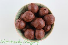 These cacao & chia protein bites low FODMAP, gluten free, refined sugar free and vegan and SO easy to make! Make with vegan protein powder. Vegan Protein Powder, Protein Bites, Sugar Free Baking, Dairy Free, Gluten Free, Low Fodmap, Healthy Baking, Baking Recipes, Tasty