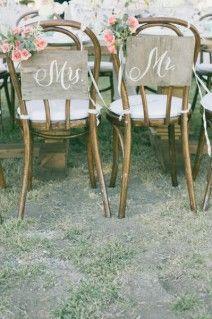 versierde stoelen voor het bruidspaar