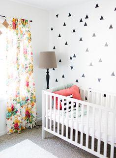 Cortinas y pared de rayas blancas y negras