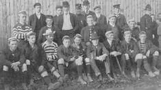 Dette er ikke en gjeng straffanger som er ute i luftegården under politioppsyn, men derimot Bergens Fotboldklubs lag i 1907 sammen med en del av sine gjestende motstandere fra Stavanger. «Bandelederen» nummer seks fra venstre med «utbyttet», pokalen, i sin favn er Carl Joachim Hambro. Han var kampens dommer og hadde øyensynlig i oppdrag også å passe på trofeet til det var avgjort hvem som skulle ha det. Bildet er hentet fra boken Bergen Fotballkrets 1911-1961.