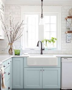 Small kitchens can be so adorable! I actually prefer a cozier sized space, they are so homey. Today on the blog I'm featuring some budget-friendly ideas for small kitchens no matter what style you love! I ❤️ this cottage kitchen by @prettyhandygirl  via @betterhomesandgardens Find the post via the link in my profile >http://theinspiredroom.net/2016/05/12/ideas-for-small-and-budget-friendly-kitchens/ #smallkitchen #kitchenideas