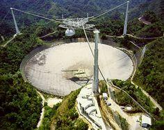 Observatorio De Arecibo en Arecibo, Puerto Rico. Es el radiotelescopio más grande del mundo. Para llegar a las facilidades del observatorio tendrás que subir una cuesta a pie, ve cómodo. En la entrada hay una exhibición de descubrimientos de astronomía. Allí podrás realizar experimentos que te ayudarán a entender principios astronómicos. Hay un auditorio que presenta una película de 20 minutos sobre las labores que se realizan allí. Al terminar la película verás al radiotelescopio en acción.