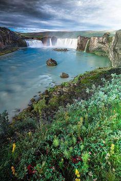 轟音と水煙に包まれたアイスランドの神々の滝『ゴーザフォス』