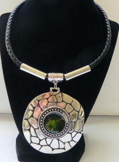 collar, collares para mujer, accesorios, cordones de cuero, cuero negro, necklace, pendant verde de PekitasCreations en Etsy