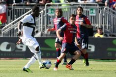 Andrea Cossu of Cagliari and Acquah Afriyie of Parma during the Serie... ニュース写真 487069813  小ッス!