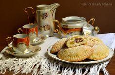 Ravioli dolci al forno ripieni di mele, uvetta e pinoli