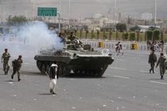 عاجل : الحوثيون يحاصرون دار الرئاسة بالآليات العسكرية في صنعاء تمهيدا لاقتحامها http://democraticac.de/?p=7917 URGENT: Houthis encircling House presidential military vehicles in Sana'a preparation for the storm