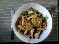 ricotta-spinazietaartjes en een sla met kip
