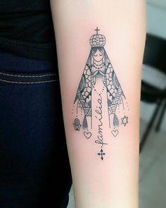 65 fotos de tatuagem de Nossa Senhora que vão te inspirar Hand Tattoos, Mommy Tattoos, Skull Tattoos, Love Tattoos, Tattoos For Women, Mary Tattoo, P Tattoo, Piercing Tattoo, Christus Tattoo