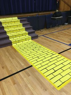 yello brick road in a play Wizard Of Oz Play, Wizard Of Oz Witch, Wizard Of Oz Decor, Wizard Of Oz Musical, Wizard Of Oz Characters, Pre K Graduation, Graduation Theme, Wizard Of Oz Costumes Diy, Truck Or Treat