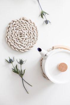 DIY Finger Knit Rope Trivet Tutorial – Flax & Twine – Willkommen in meiner Welt Diy Finger Knitting, Arm Knitting, Knitting Machine, Macrame Projects, Craft Projects, Knitting Projects, Crochet Projects, Knitting Tutorials, Laine Chunky